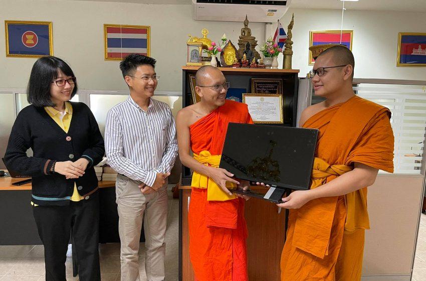 พระมหานคร คุณวฑฺฒโน ถวายคอมพิวเตอร์ศูนย์อาเซียนศึกษา
